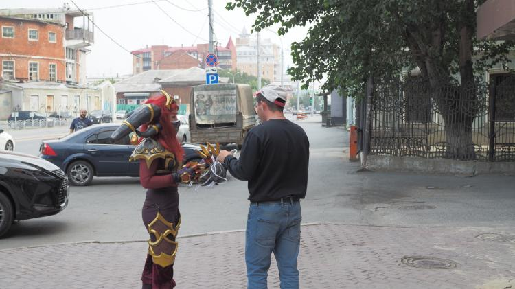 Una Cosplayer de Alexstrasza repartió mascarillas en Rusia