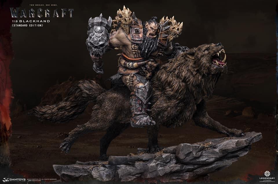 Estatua Premium de Puño Negro cabalgando un lobo de 40 cm de alto de la película Warcraft: el origen